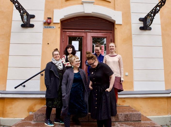 Näyttelytyöryhmäläiset Sara Ilveskorpi, Johanna Naukkarinen, Lilli Haapala, Margarita Rosselló-Ramón, Jane Vuorinen ja Sanna Kananoja